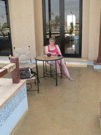 Marina Lodge at Port Ghalib: A la terrasse au bar de l'hôtel, les pieds dans l'eau