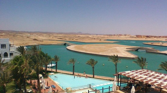Marina Lodge at Port Ghalib: vue d'une partie de la piscine et du désert de notre chambre