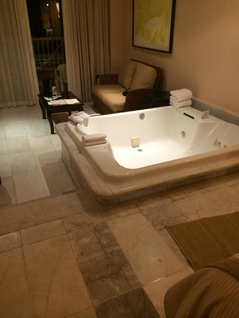 Cozumel Palace: Big jacuzzi came with wine and bath oils