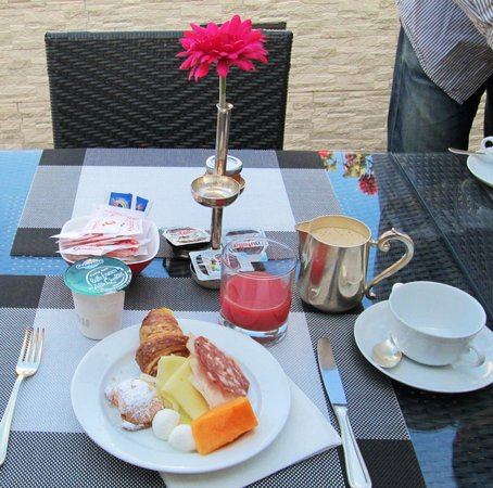 Palazzo Turchini: Breakfast table on the terrasse