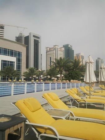 Hilton Doha: pool area