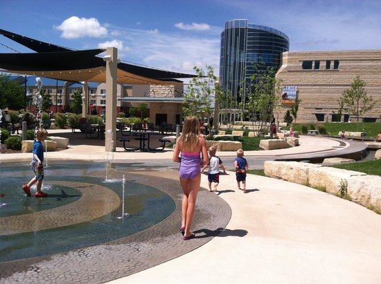 Candlewood Suites Manhattan : The picnic/play area outside the hotel