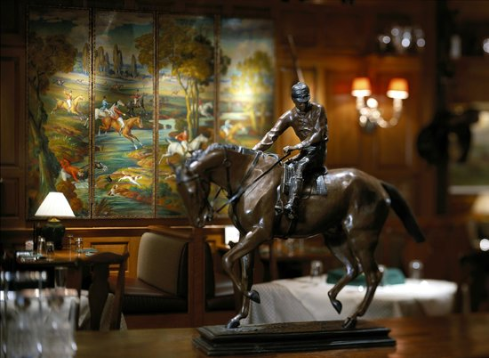 Clyde's Tower Oaks Lodge : Enjoy the artwork and other collections sitting on the walls!