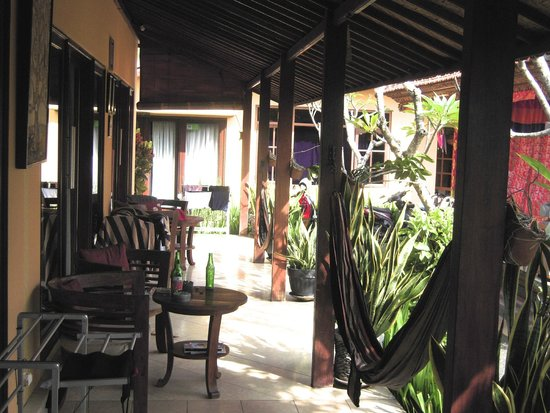 Wayan's Guest House: Patio area outside rooms
