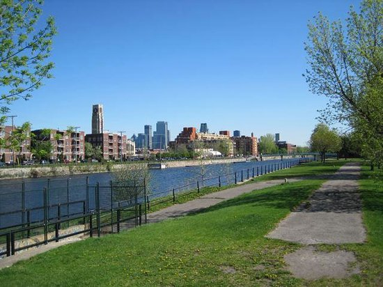 Lieu Historique National du Canal-de-Lachine : skyline with Atwater market form the South side of the Lachine canal