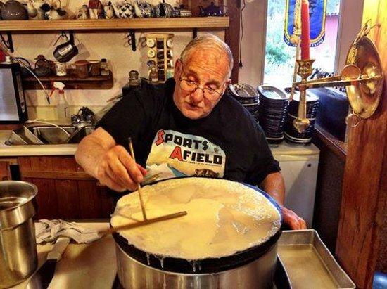 Le Barn Appetit Inn & Creperie: Ivan the crepe master