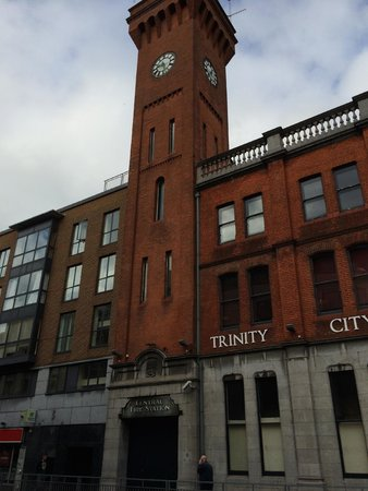 Trinity City Hotel: View of the hotel from the corner of Pearse and Tara streets