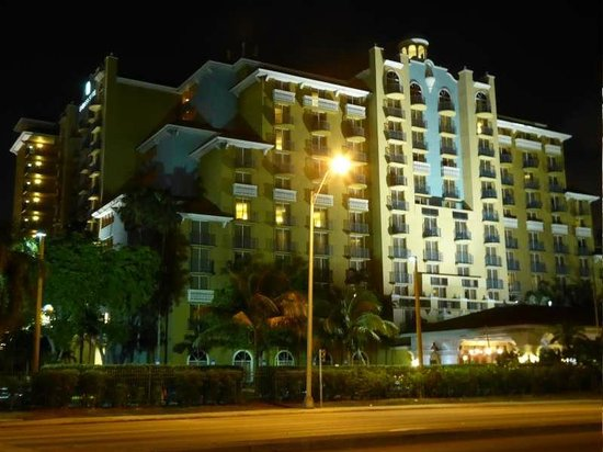 Embassy Suites by Hilton Fort Lauderdale 17th Street : Embassy Suites bei nacht