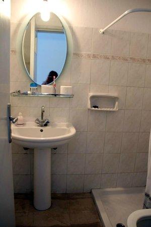 Arion Bay Hotel: Bathroom