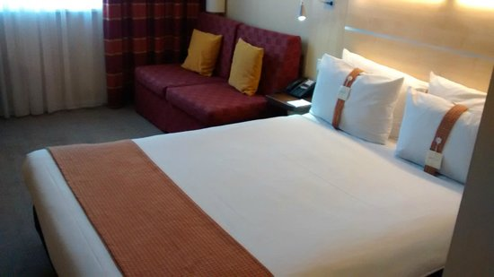 Holiday Inn Express Munich Airport: Comfortable king size bed
