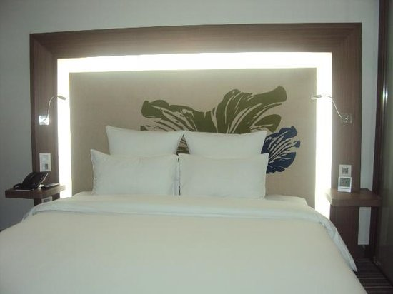 Novotel Saigon Centre Hotel : The headboard was fancy