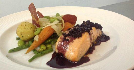 Chateau de Siran : saumon grillé sur peau, beurre rouge au Minervois La Livinière et petits légumes
