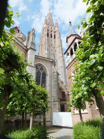 Onze-Lieve-Vrouwekerk: Tranquil rear