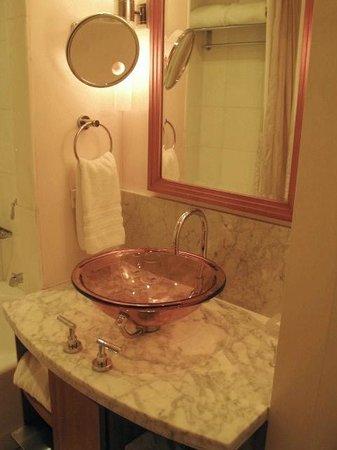 JW Marriott Essex House New York: Bathroom sink