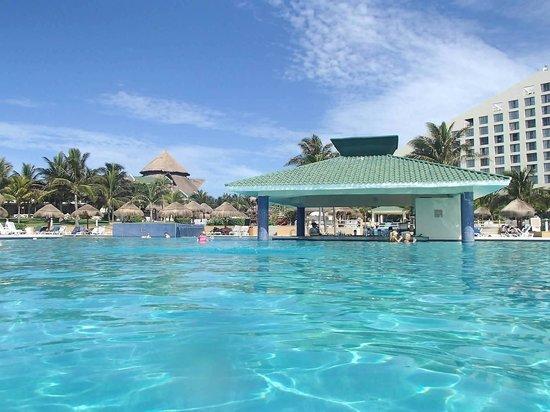 Iberostar Cancun: Infinity pool bar