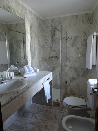 Albergaria do Calvario: Marble tiled bathroom with plenty of counter space, BIG fluffy towels and even washcloths!