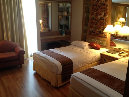 Montien Hotel Bangkok : Very Spacious and Clean Room