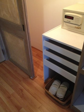 Montien Hotel Bangkok : Cabinet comes with slippers and safe