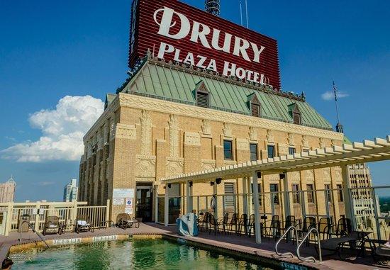 Drury Plaza Hotel Riverwalk: View of the pool on the 22nd floor.
