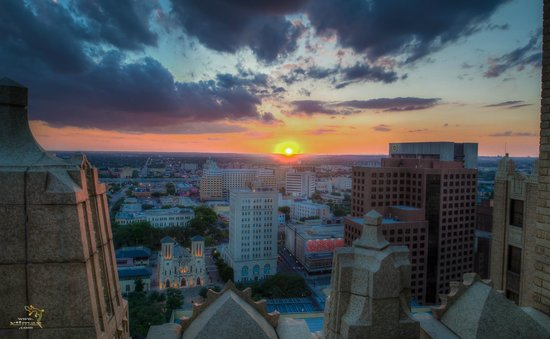 Drury Plaza Hotel San Antonio Riverwalk: Sunset from the observation deck