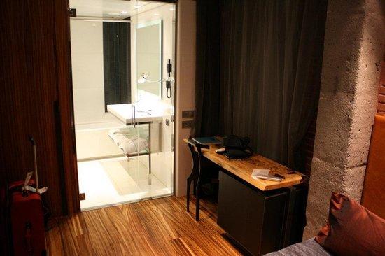 Hotel Granados 83: desk area and bathroom