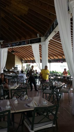 The Tropical at Lifestyle Holidays Vacation Resort: Buffet dining