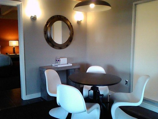 Harbor House Hotel & Marina at Pier 21: Dining Area in Suite