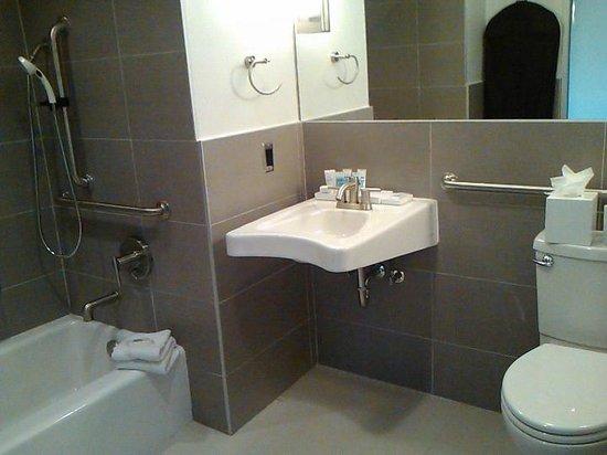 Harbor House: Bathroom in Suite