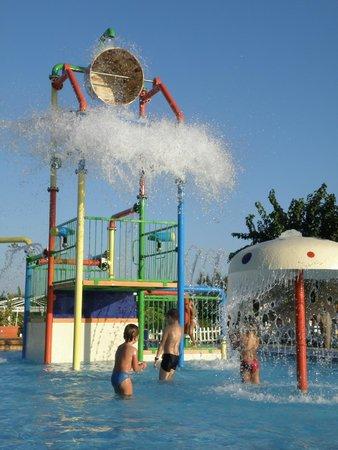 Jacaranda Club & Resort: Бассейн с маленькими горками