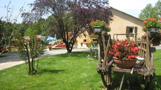 Auberge La Ferme du Brusquand : Un restaurant fleuri à la campagne