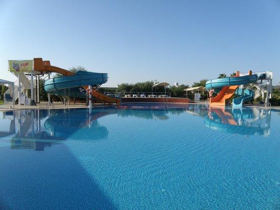 Jacaranda Club & Resort: Бассейн с большими горками