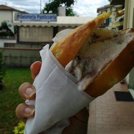 Gelateria Pasticceria F.LLI Bazzani: Brioche con gelato, sempre e solo con il gusto Nutella e Mascarpone! La più buona di tutte! Non