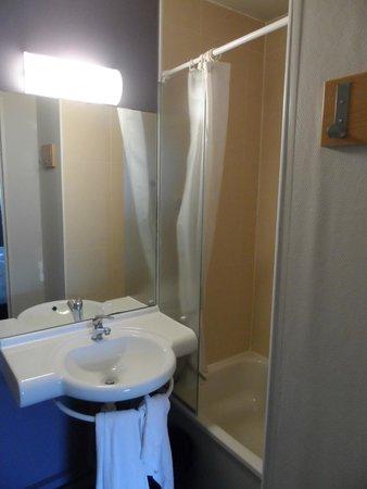 B&B Hotel Troyes Barberey : Salle de bains avec douche assez spacieuse