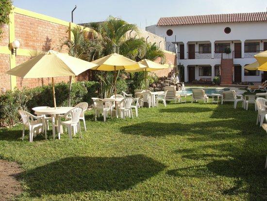 Hotel Oro Viejo: Pretty lawn area