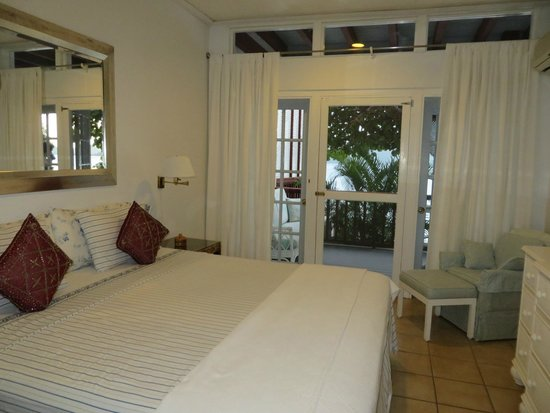 Fort Recovery Beachfront Villa & Suites Hotel: A front bedroom of 3-bedroom ocean front unit