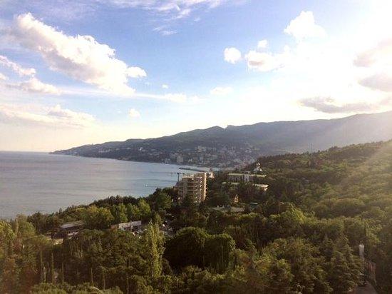 Yalta Intourist Hotel : вид на город с балкона 12 этажа
