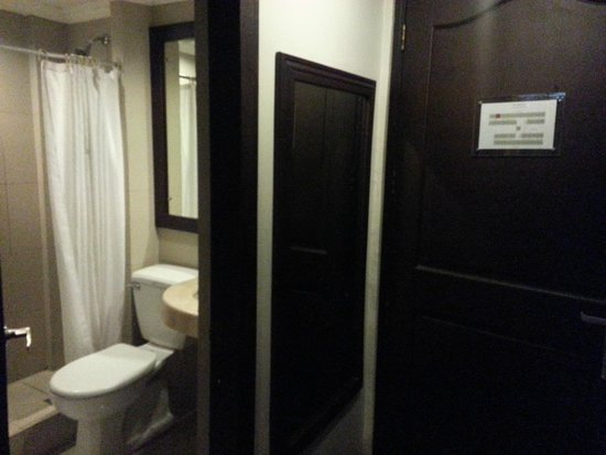 The Sugarland Hotel: Our bathroom