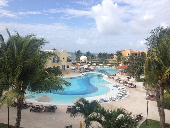 Secrets Capri Riviera Cancun: Amazing pool area