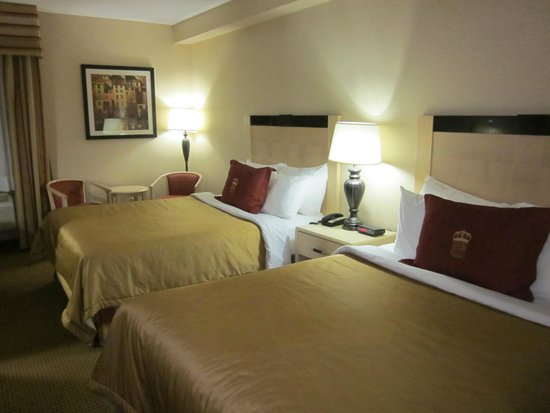 Monte Carlo Inn Barrie Suites : comfortable and clean beds