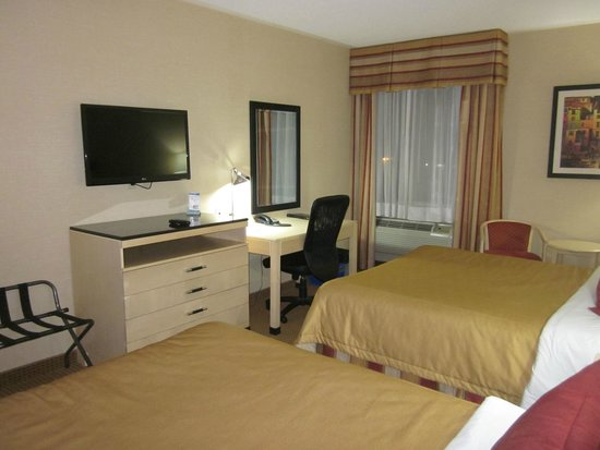 Monte Carlo Inn Barrie Suites: roomy and pleasantly decorated