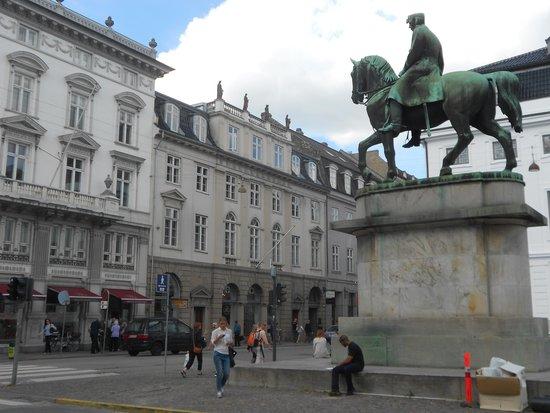 Hotel Skt. Annæ: ChristianVI statue close to the hotel