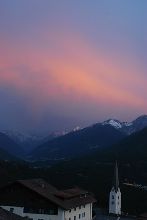 Ferienwohnungen Tiroler Alpenhof : Stunning evening views from Alpenhof