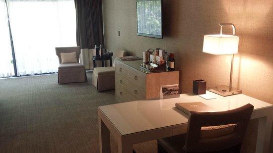Luxe Sunset Boulevard Hotel: TV, Cabinet & Writing Desk