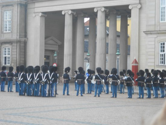 Hotel Skt. Annæ: Change of Guards at Amalienborg Palace near the hotel