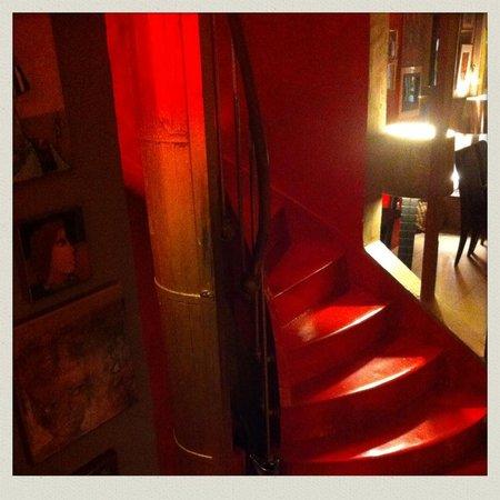L'escalier: Son escalier rouge!
