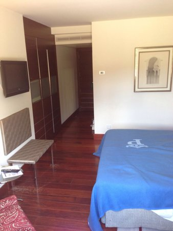 Parador de Granada: Tiny, modern, unprepossessing room, and this is supposed to be 'superior'! Vinyl bench for lugga