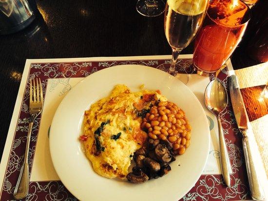 Frankfurt Marriott Hotel: Breakfast spread with Sparkling wine