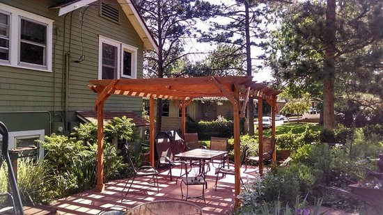 Avenue Hotel Bed and Breakfast: Back porch/garden areas