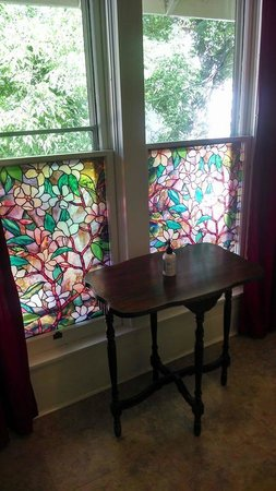 Avenue Hotel Bed and Breakfast: Ruxton Bathroom stained glass