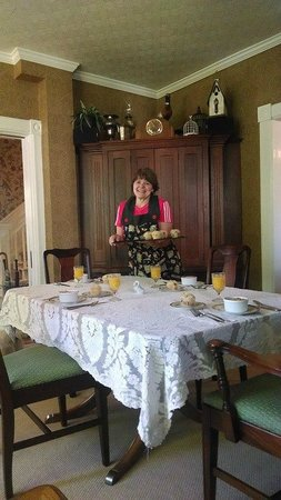 Avenue Hotel Bed and Breakfast: Gwen serving breakfast with a smile!